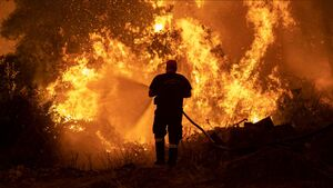 زمین در محاصره سیل، خشکسالی و آتشسوزیهای بیسابقه/ اروپا و آمریکا در آتش خشم طبیعت میسوزند + عکس