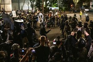 فیلم/ حمله معترضان به یک رستوران در نیویورک