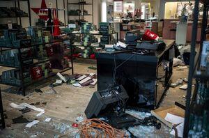 فیلم/ غارت فروشگاه از نمای دوربین امنیتی