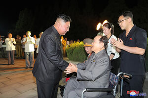 عکس/ گرامیداشت آتش بس جنگ دو کره با حضور اون