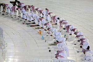 عکس/ نماز در کنار کعبه با حفظ فاصله اجتماعی