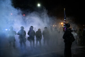 عکس/ صفآرایی مردم و نیروهای نظامی در پورتلند آمریکا