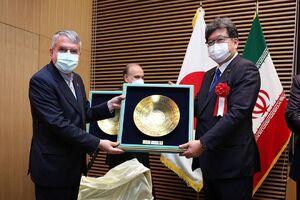 بازدید وزیر ژاپنی از نمايشگاه ايران زيبا