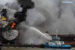 عکس/ انفجار مهیب در نفتکش اندونزی