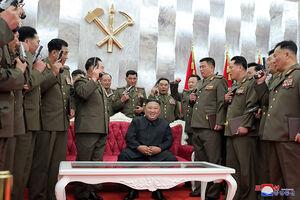 عکس/ هدیه خاص رهبرکره شمالی به نظامیان