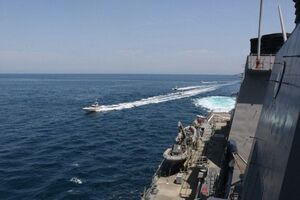 عکس/ احاطه ناو آمریکایی توسط قایقهای سپاه