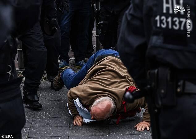تظاهرات گسترده مردم اروپا در مخالفت با گذرنامههای واکسن کرونا + فیلم و عکس