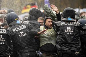 تظاهرات گسترده در اعتراض به محدودیتهای کرونایی و اوضاع وخیم اقتصادی در پایتختهای اروپایی + تصاویر